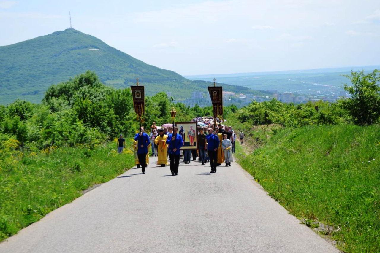 Молодёжный крестный ход поднялся к Бештаугорскому монастырю
